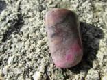 Rubín v křemeni - omletý kámen
