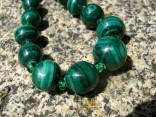 Malachit - náhrdelník krátký z kuliček