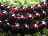 Granát almandin - náhrdelník krátký tvořený 4mm kuličkami