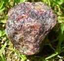 Granát almandin - surový krystal